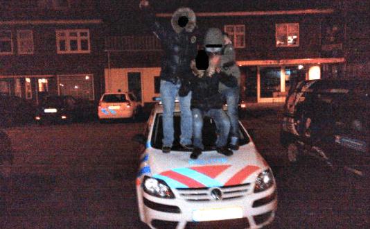 Bontkraagjes op politieauto